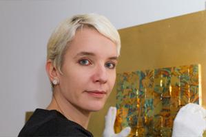 Margret Weirauch poliert Gold an der Fläche