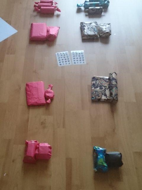 Die Päckchen für den Kalender sortieren.