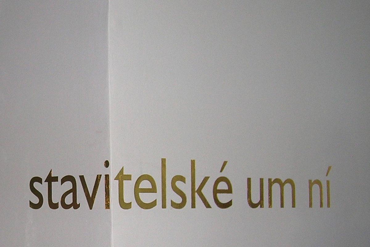 Schrift in 24-Karat Gold auf einer Wand.