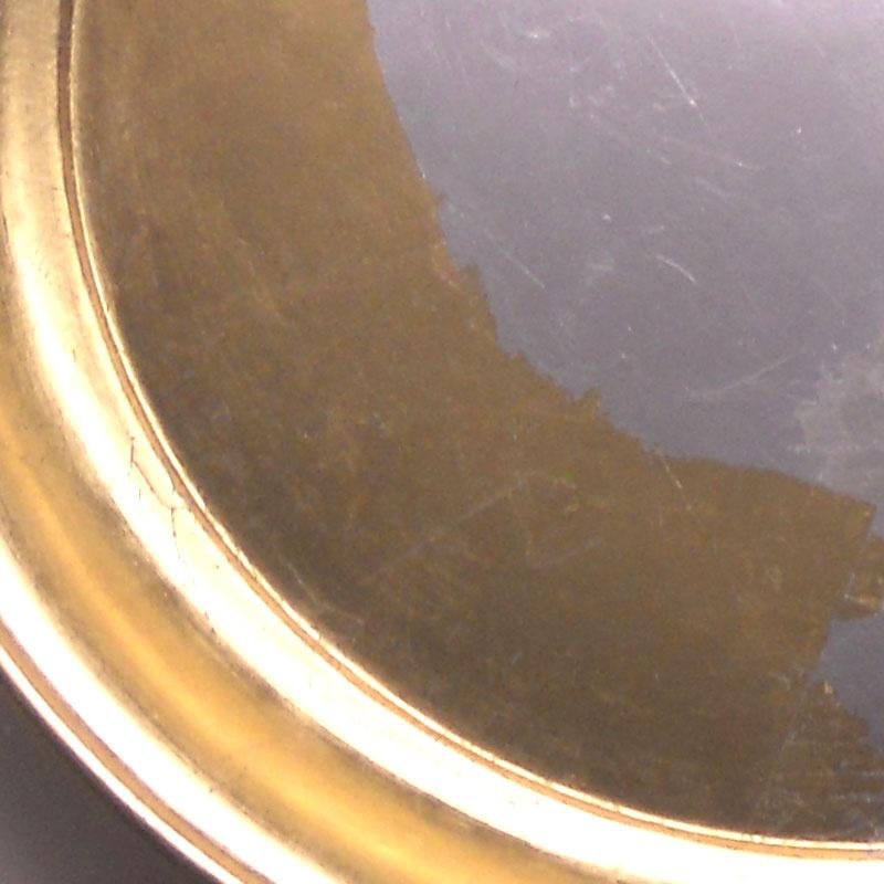 Teller mit Gold und Silber belegt.