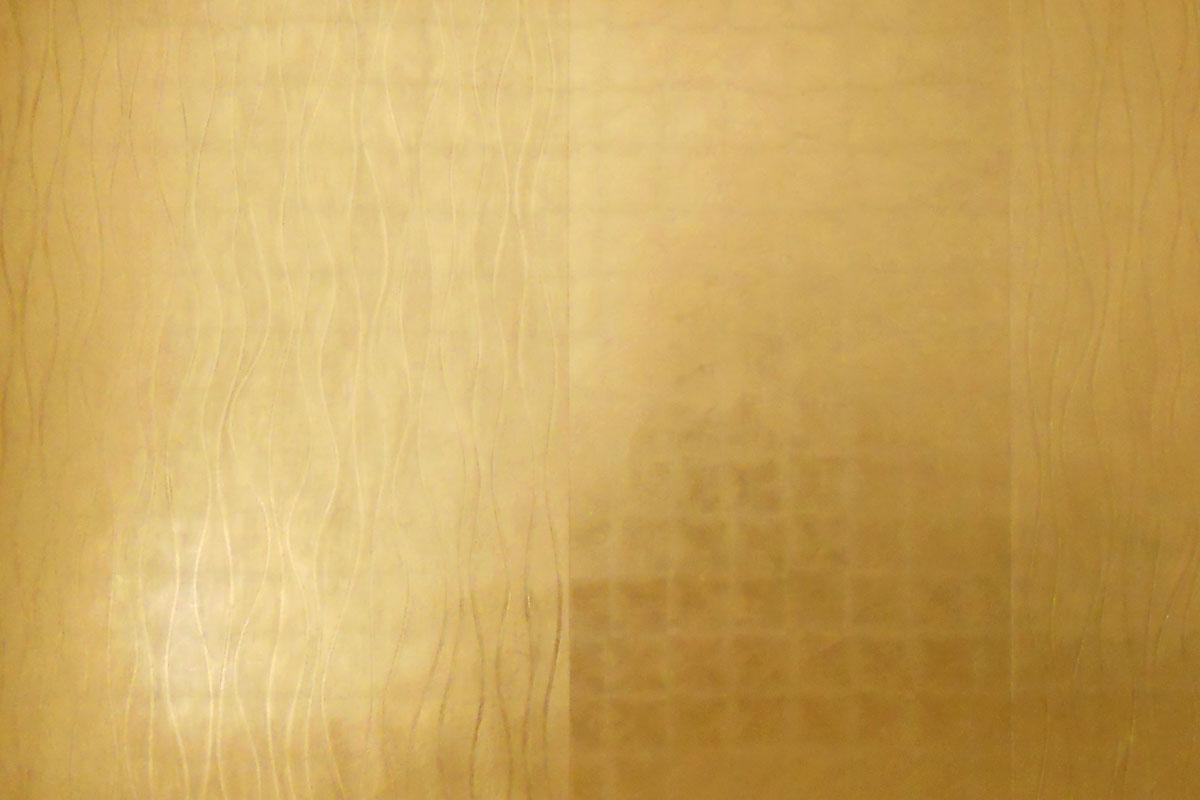 Vergoldete Wand mit Relief Muster.