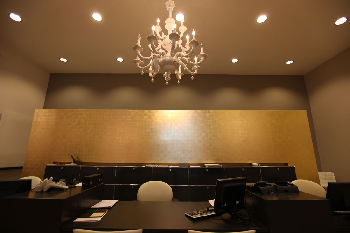 Wandvergoldung, vergoldete Wand mit Goldblättchen belegt.
