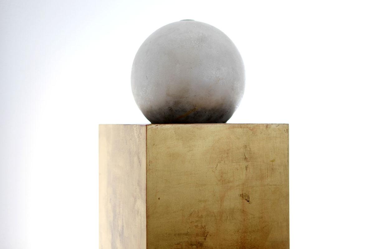 Goldsockel mit Silberkuger von Margret Weirauch - Ihre Raumentfaltung