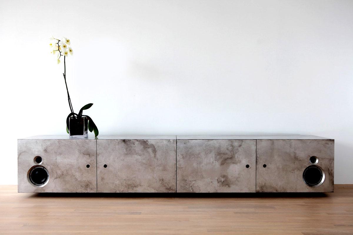 Möbelstück mit Aluminium, bemalt.