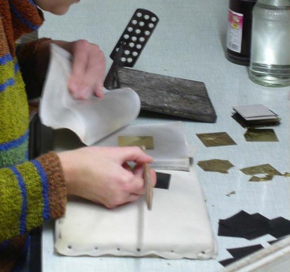 Goldblättchen und Pergamentpapier