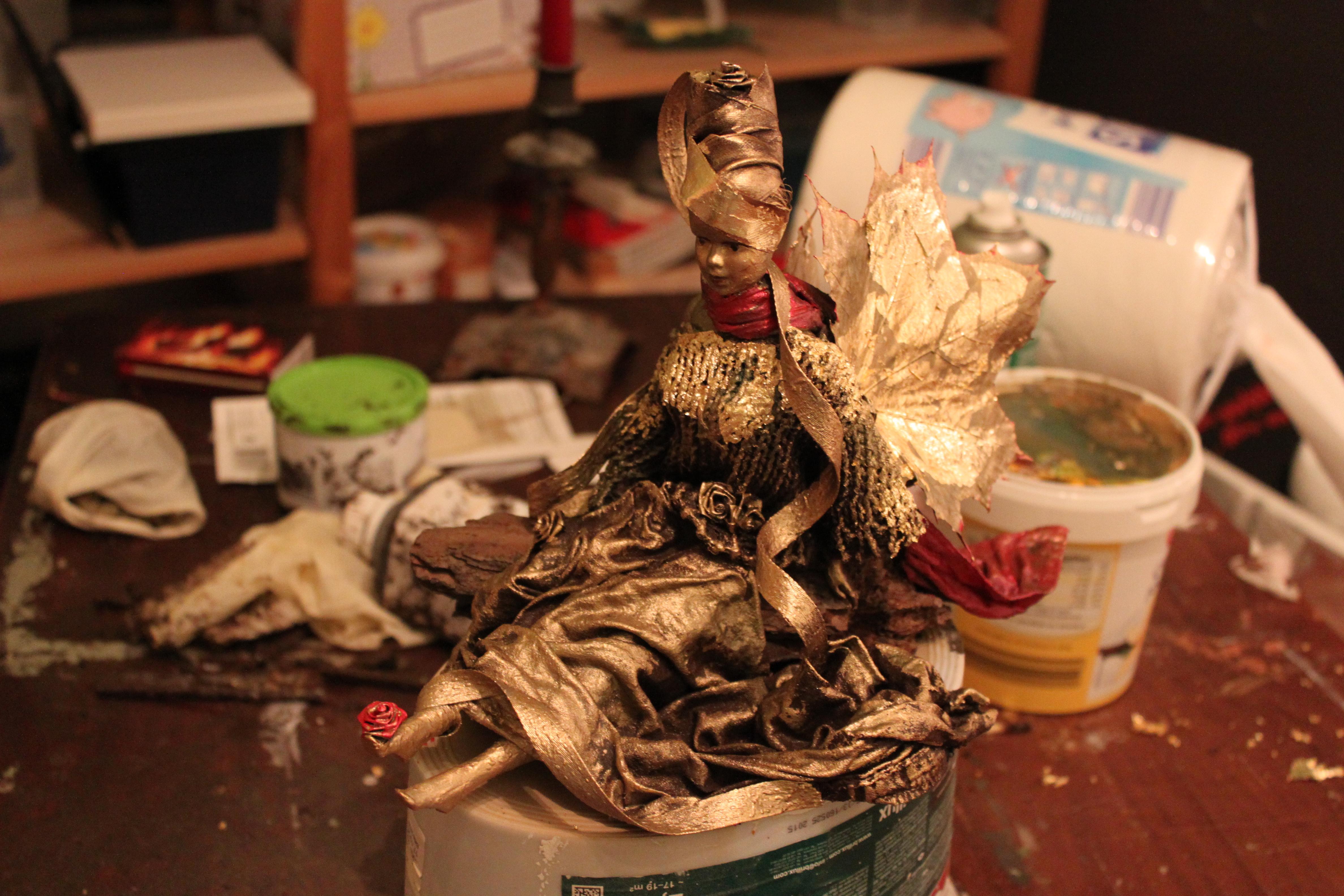 Barbie als Herbstelfe Skulptur